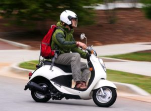 Со скольки лет можно управлять скутером