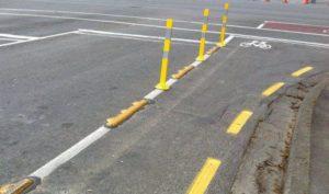 Нанесенная вдоль дороги сплошная линия разметки разрешает