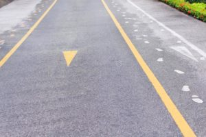 Желтая линия вдоль бордюра без знака