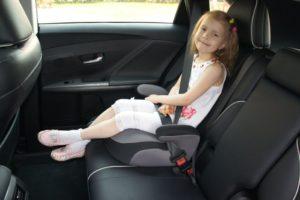 Ребенок на переднем сиденье на бустере